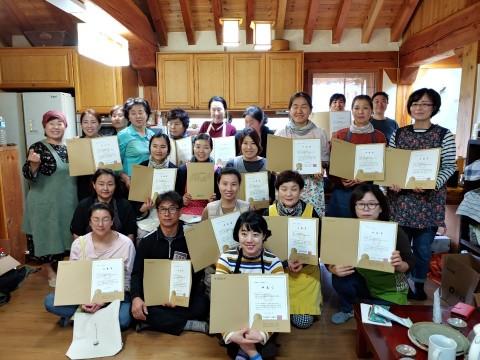 2019년 한살림 전통장학교 참가자들이 수료식을 갖고 기념촬영을 하고 있다