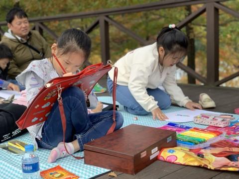 제4회 평화 백일장·사생대회에 참가한 학생들이 국립평창청소년수련원에서 풍경화를 그리고 있다