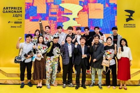 한국암웨이 미래재단이 아트프라이즈 강남 로드쇼를 성황리에 마치고 기념촬영을 하고 있다