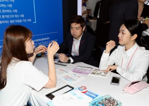 2019 금융권 공동 채용박람회에서 수협은행 취업을 준비하는 예비금융인들이 채용상담을 진행하고 있다