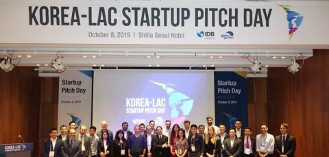 한-중남미 스타트업 피치데이(Korea-LAC Startup Pitch Day) 후 발표를 진행한 기업들이 기념촬영을 하고 있다