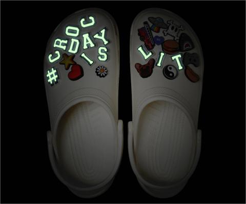 올해의 #CROC DAY 기념 한정판 클래식 클로그는 엄선된 맞춤형 #CROC DAY IS LIT Jibbitz로 꾸며진 신발을 선보인다