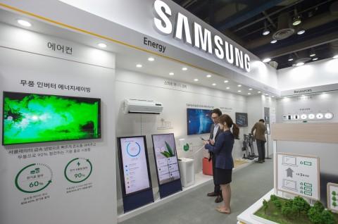 2019 대한민국 친환경대전에서 삼성전자 직원이 가전제품의 에너지 사용량과 전기료를 손쉽게 관리할 수 있도록 도와주는 스마트싱스 에너지 서비스를 시연하고 있다