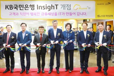 서울 여의도 광복회관 2층에서 열린 KB InsighT 지점 개점식에서 관계자들이 테이프 커팅식을 하고 있다