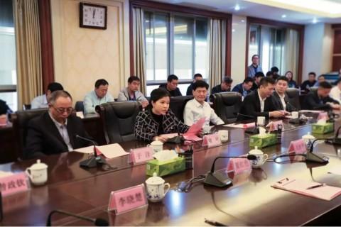 산업단지 현황을 소개하는 예즈게임 이사장 겸 국민촨치 CEO 및 국민전기산업연맹 책임자인 위예(喩葉)