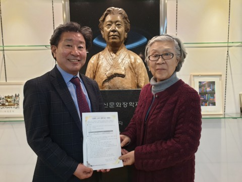 건국대 김정옥 교수가 유럽 어학연수 장학기금을 전액 지원했다