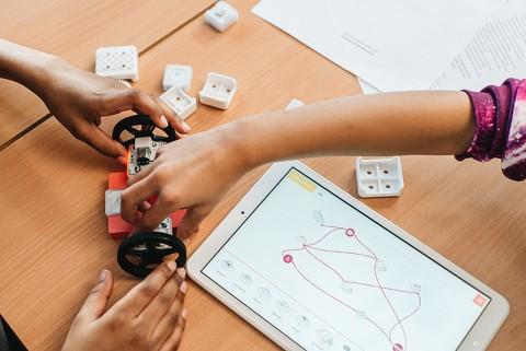 스마트 블록 샘랩 블록의 다양한 센서 블록을 활용하여 자동차를 만들고 샘랩 애플리케이션 샘 스페이스를 활용하여 코딩을 하여 움직이는 활동