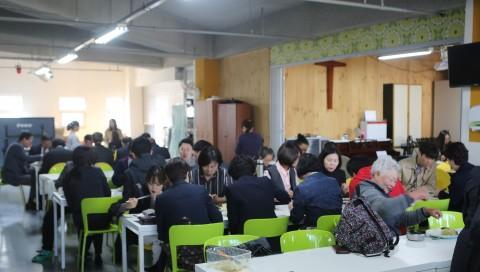 분당횃불교회는 매주 일요일 점심에 지역 노인들과 이웃을 위해 무료식사를 대접하고 있다