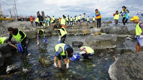 지난해 울산 주전마을에서 열린 수협중앙회 소그룹 어촌체험 방문행사에서 참가자들이 맨손 조개잡기 체험을 하고 있다