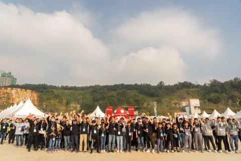 메이커 페어 서울 2019 전시자들이 단체로 기념촬영을 하고 있다