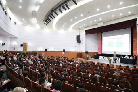 2019서울국제불교박람회 명상컨퍼런스 마음챙김 자기연민 명상을 진행하고 있다
