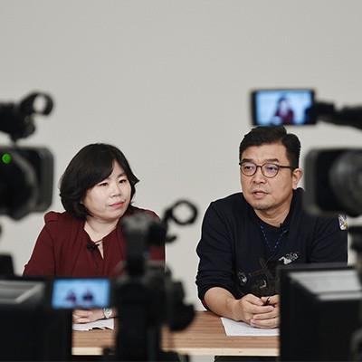 한국양성평등교육진흥원 이현혜 교수와 문화평론가 정덕현 작가가 경계존중과 동의에 대한 Q&A 방식의 실시간 특강을 교원 참가자 대상으로 진행하고 있다
