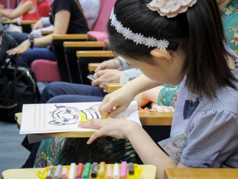 한-러 어린이 호랑이그리기대회 시상식에서 호랑이를 색칠하고 있는 어린이