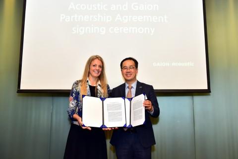 가이온 강현섭 대표와 어쿠스틱 안토니아 에드먼즈 아시아 태평양 및 일본지역 총괄책임자가 국내 어쿠스틱 독점 총판 파트너쉽 계약을 체결했다
