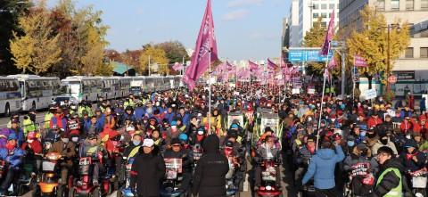 한국지체장애인협회는 전국 17개 시도협회 및 산하 230개 지회 회원 3만여명이 참석한 가운데 대규모 장애인 생존권 쟁취 투쟁 결의대회를 열었다(사진 제공: 소셜포커스)