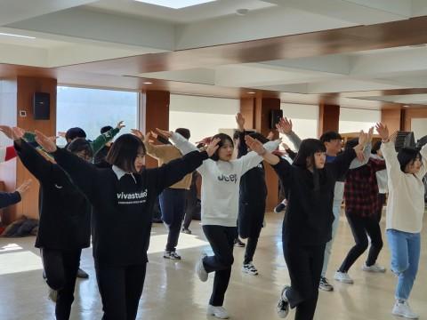 2019년 작은학교 행복더하기캠프에 참가한 청소년들이 문화예술활동 중 응원댄스 활동에 참여하고 있다