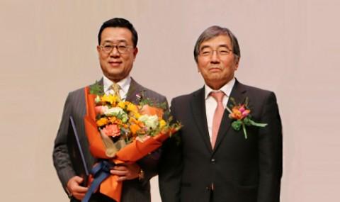 왼쪽부터 정문국 오렌지라이프 사장과 윤석헌 금융감독원장이 시상식에서 수상 후 기념촬영을 하고 있다
