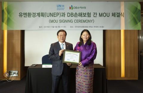 왼쪽부터 DB손해보험 김정남 사장과 데첸 쉐링 유엔환경계획 아시아태평양 소장이 업무협약을 체결하고 기념촬영을 하고 있다