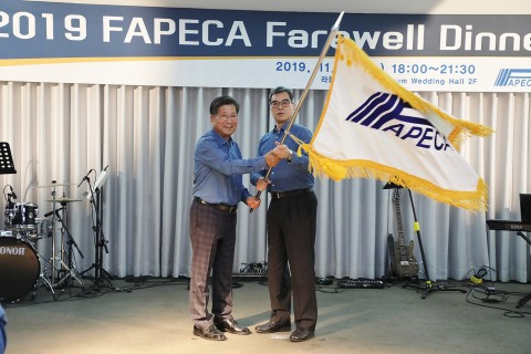 차기 파페카 개최국(홍콩) 파페카기 전달식을 갖는 류재선(한국전기공사협회장)과 와이 입 킨(홍콩 전기공사협회장)