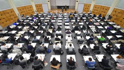 건국대 새천년관 우곡국제회의장에서 수험생들이 2020학년도 대입 수시모집 논술고사에 열중하고 있다