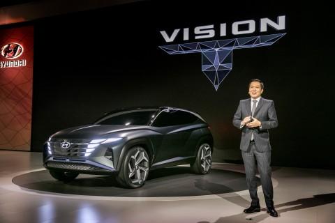 2019 LA 오토쇼에서 이상엽 현대디자인센터장 전무가 플러그인 하이브리드 SUV 콘셉트카 비전 T를 소개하고 있다
