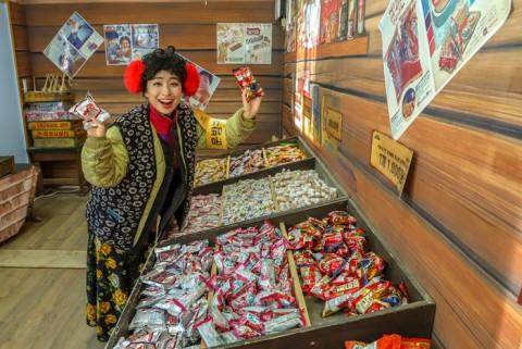 한국민속촌 추억의 문방구에서는 학창시절에 즐겨 구매했던 문구세트와 과자들을 구매할 수 있다
