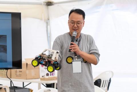 이성훈 나우썸 대표가 동키카를 만든 일화를 청중 앞에서 이야기하고 있다