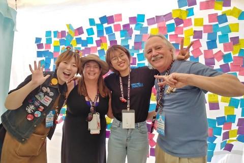 메이커 페어 서울 2019 Smiles 부스에서 미소짓고 있는 해외 메이커, 크리스티나와 로저