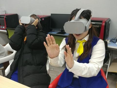 VR체험부스를 이용하는 대회 참가자