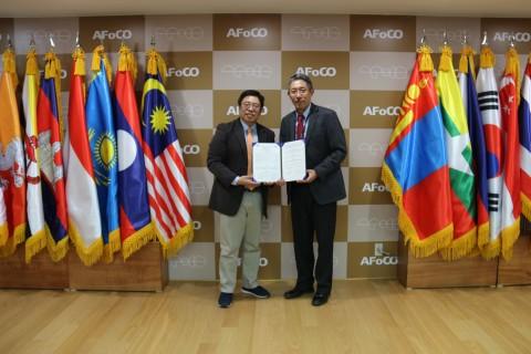 왼쪽부터 드림셰어링 김항석 대표와 아시아산림협력기구 첸초 노르부 사무총장이 MOU 체결 서명을 하고 있다