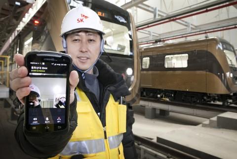 2017년 LTE-R을 구축한 김포도시철도에서 영상 통화를 시연하고 있는 SK텔레콤 직원