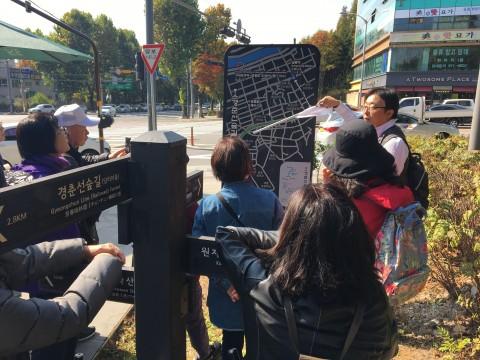 서울 미래유산 답사 중인 참가자들