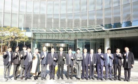 본투글로벌센터와 중국 치타이허시 관계자들이 양해각서 체결 후 기념촬영을 하고 있다