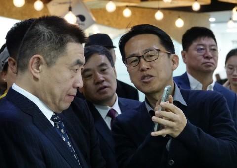 석윤찬 비주얼캠프 대표(사진 중앙 오른쪽)가 가군 치타이허시 시장에게 시선추적기술에 대해 시연하고 있다