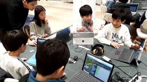 SK텔레콤이 서울 보신각점에서 초등생 대상 마인크래프트를 활용한 코딩 시범 교육을 하고 있다