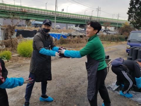 함께하는 사랑밭과 삼우에레코가 광명시 뚝방촌 14가구에 연탄 배달 봉사활동을 진행했다
