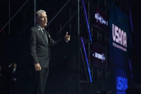 유사나헬스사이언스 CEO 케빈 게스트(Kevin Guest)가 특별 게스트로 나서 기업의 핵심 가치와 비전을 공유하고 있다