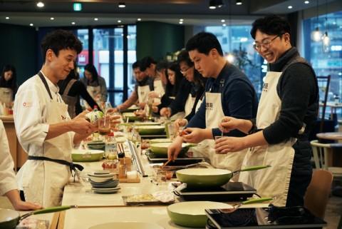 샘표 직원들이 사내 우리맛 클래스에 참여해 요리를 하고 있다