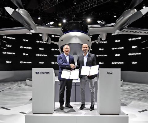 왼쪽부터 현대자동차그룹 정의선 수석부회장과 우버의 다라 코스로샤히 CEO가 UAM 사업 추진을 위한 협력을 체결하고 기념촬영을 하고 있다