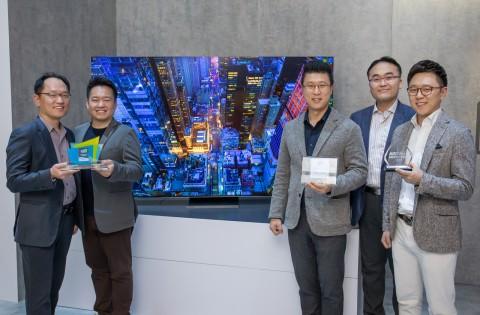 삼성전자 개발/기획 담당자들이 2020년형 QLED 8K가 수상한 CES 혁신상과 현장 어워드 상패를 들고 기념촬영을 하고 있다