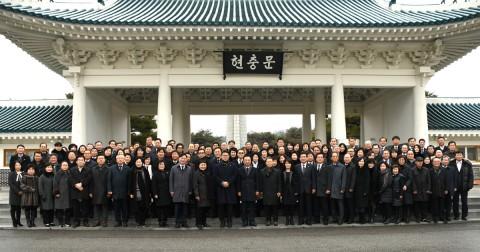 한국자유총연맹 서울시지부 이영석 회장과 권익현 수석부회장 등 조직간부 200여명은 1월 8일 국립 현충원을 참배했다