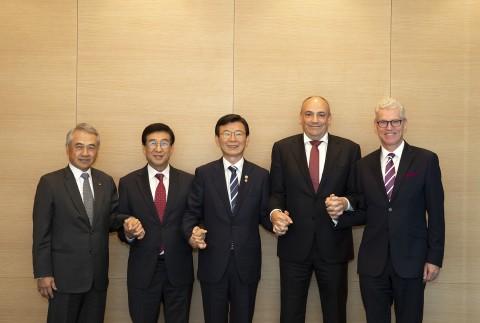 왼쪽부터 Bronson Hsieh 양밍 회장 겸 사장, 배재훈 현대상선 사장, 문성혁 해수부장관, Rolf Habben Jansen 하팍로이드 사장, Jeremy Nixon ONE...
