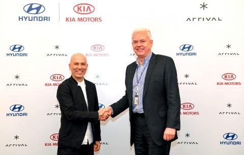 왼쪽부터 알버트 비어만 현대·기아차 연구개발본부 사장과 데니스 스베르드로프 어라이벌 CEO가 투자 및 전기차 공동개발에 대한 계약을 체결하고 기념촬영을 하고 있다