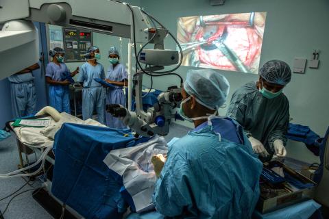 테지 콜리 각막 연구소의 의사들은 전통적 방법의 각막 이식 수술을 수행한다