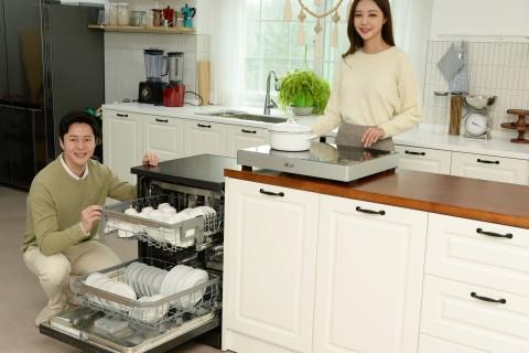 LG전자 모델들이 LG 디오스 식기세척기와 LG 디오스 전기 레인지를 소개하고 있다