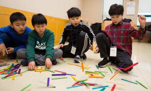국립중앙청소년수련원 겨울방학 과학캠프 참가 청소년들이 나무막대 탄성 실험프로그램을 하고 있다