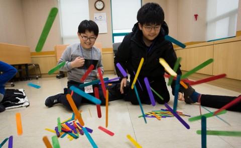 국립중앙청소년수련원 겨울방학캠프 참가 청소년들이 과학공동체활동으로 나무막대 탄성 실험프로그램을 하고 있다