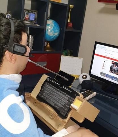 지원받은 각종 IT보조기기를 사용하여 컴퓨터를 활용하는 김지아 씨