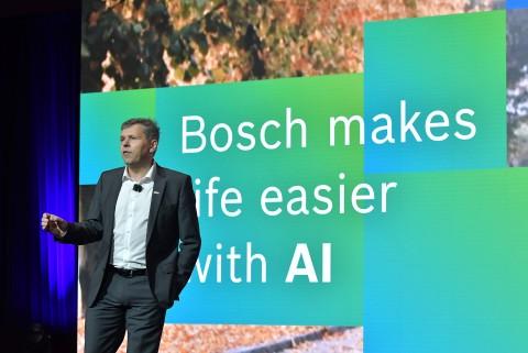 보쉬 이사회 멤버 미하엘 볼레(Michael Bolle)가 CES 2020 보쉬 미디어 컨퍼런스에서 발표하고 있다. 보쉬는 AI와 IoT를 통해 삶을 최대한 편리하고 더욱 안전하게...