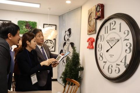 박양우 문화체육관광부 장관이 리얼월드 게임을 직접 체험하고 있다